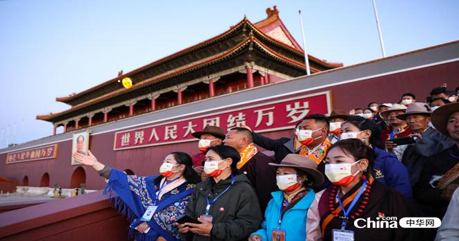 西藏基层干部赴京参观学习班第二期学员在天安门广场东观礼台观看升旗仪式