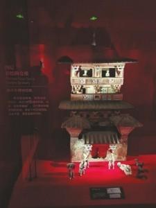 四层彩绘陶仓楼。