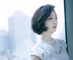 佟丽娅穿刺绣白裙气质清雅 短发微卷超精致