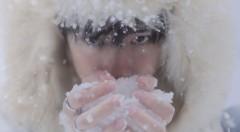 易烊千玺置身雪地气质冷冽 眼神杀氛围感十足