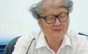"""大学教授发型走红 每天""""头顶祥云""""上课"""