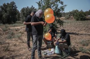 加沙民众向以色列南部发射带有燃料的气球