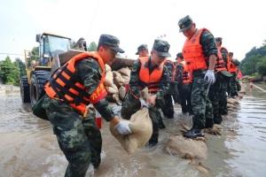 上阵亲兄弟,抢险子弟兵——救灾行动中的解放军