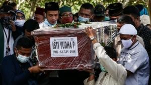 印尼为空难遇难者举行葬礼