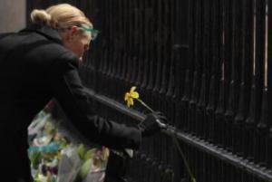 英国民众献花悼念菲利普