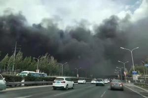 北京一变电室起火浓烟滚滚 35辆消防车出动