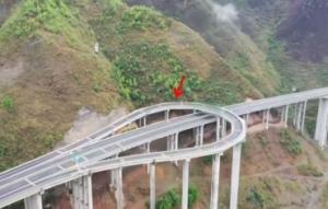 贵州一可掉头高速公路走红