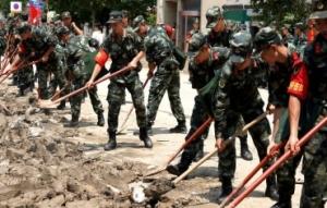 救援人员在郑州清淤排涝 恢复重建