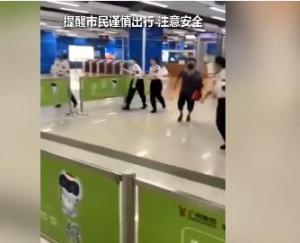 广州:内涝后大水冲进地铁 工作人员催促乘客快跑