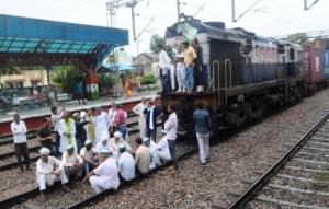 印度农民举行封堵铁路抗议活动