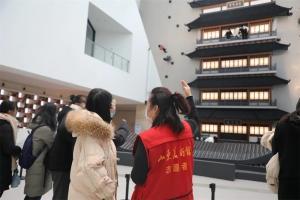 """""""红马甲"""",一道亮丽风景线——记首届济南国际双年展服务志愿者"""