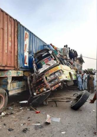 巴基斯坦客车与卡车相撞致29死46伤 车身严重变形