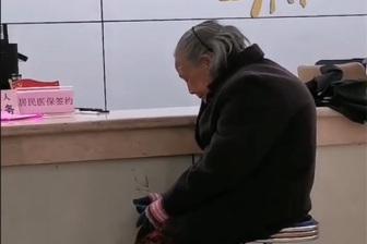 """当地回应""""老人冒雨交医保却因不收现金被拒"""":已上门为老人办理医保"""