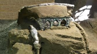 意大利庞贝古城发现一辆大型古罗马四轮战车