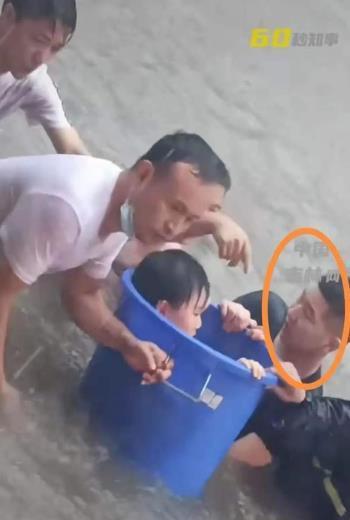 """郑州街头三人被困车内,四位无名英雄合力救下 救人英雄之一:我对得起""""中国人""""这三个字"""