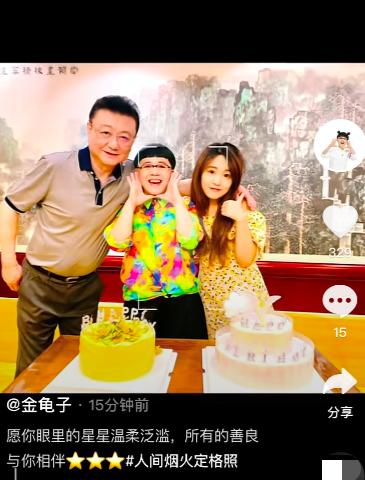 刘纯燕罕晒一家三口合照,王宁搂妻女画面温馨,女儿高颜值神似爸