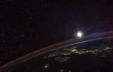 这是航天员在空间站拍摄的月亮