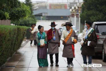 西(xi)藏基層干部參觀中國藏學研(yan)究中心