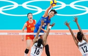 女排小组赛:中国队负于美国队