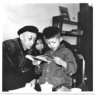 吴玉章在小学检查孩子们学习汉语拼音的情况。图片由中国人民大学档案馆提供