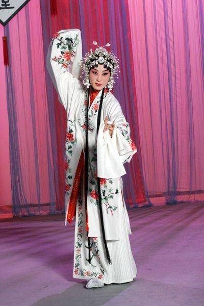 李胜素,从扮相上来说,她是最美的一个!这就和美丽白娘子比较靠近!从温柔,贤惠角度看,那也是最合适不过的!但总缺点妖气!
