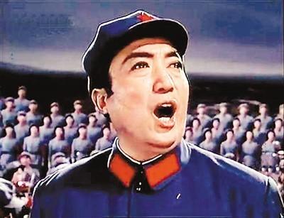 电影《红军不怕远征难——长征组歌》剧照:贾世骏领唱《过雪山草地》。