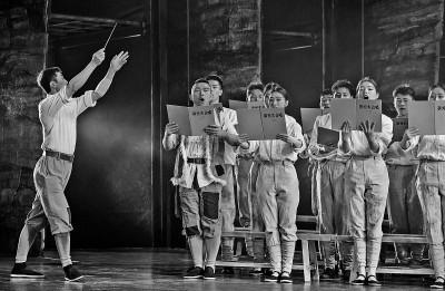 陕西延安,演员在红色主题文化秀《延安 延安》中演唱《黄河大合唱》。新华社发