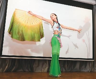 """5月26日,第十四届""""汉语桥""""世界中学生中文比赛圣彼得堡赛区比赛举行。图为""""汉语桥""""比赛青年组选手爱丽丝表演舞蹈《采莲》。  (新华社发)"""