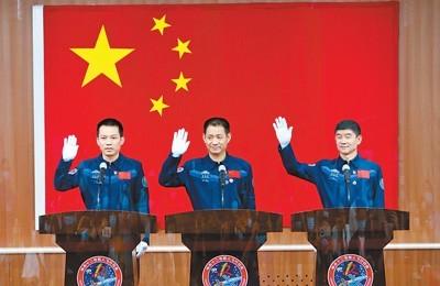 聂海胜(中)、刘伯明(右)、汤洪波在酒泉卫星发射中心问天阁与中外媒体记者集体见面。  新华社记者 琚振华摄
