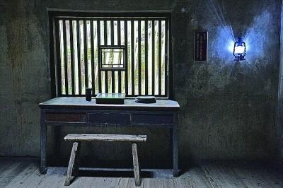 八角楼里毛泽东同志用过的桌椅 资料图片