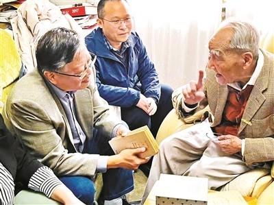商务印书馆负责人带着 《许渊冲汉译经典全集》样书拜访许先生