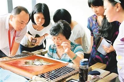 观众参观杭州工艺美术博物馆陈水琴手绣工作室。