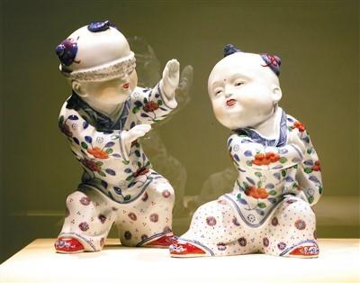 """郭琳山、嵇锡贵""""青花斗彩婴戏——捉迷藏""""瓷雕。"""
