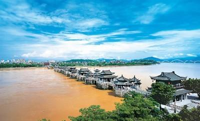 位于广东省潮州市的广济桥。
