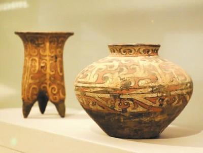 夏商时期彩绘陶鬲、彩绘陶罐。  杜建坡摄