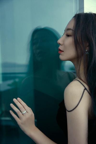 英泽最新写真大片曝光 黑色简约长裙演绎慵懒御姐风