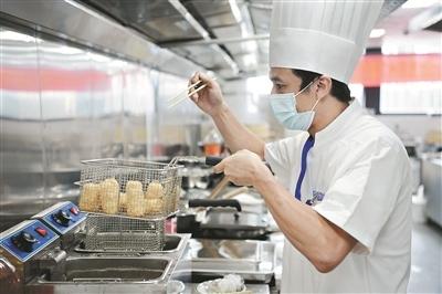 广州9月城镇新增就业24.83万人 校企对接促就业减负稳岗保民生