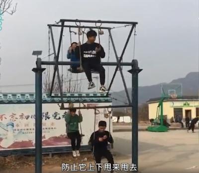 河南一村庄自制土味摩天轮,只要掌握好平衡,玩起来很刺激