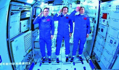 """中国航天员首御""""天和""""巡太空"""