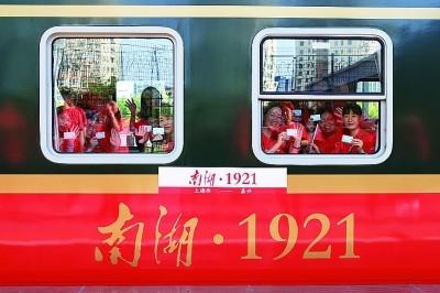 浙江嘉兴:百年车站迎来红色旅游列车