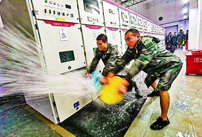 陆军炮兵防空兵学院郑州校区官兵冲在抢险救灾一线