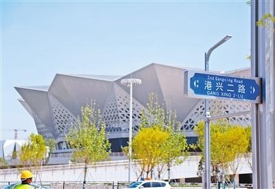 奥体隧道向东到达奥体中心门口的港兴二路。西安晚报记者 谢伟 摄