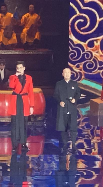 北京台春晚吴亦凡腾格尔合唱《大碗宽面》嗨爆全场