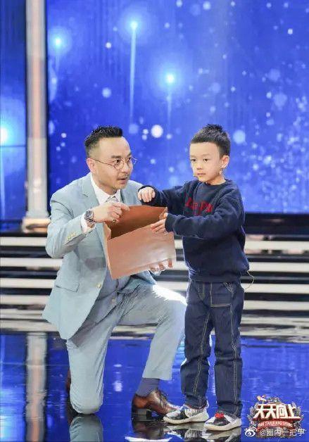 汪涵录节目带儿子出行 父子俩牵手同行温情满满