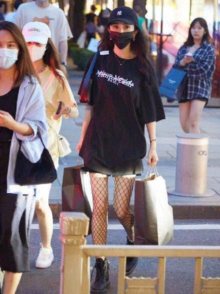 杨幂外出逛街被偶遇 生图曝光纤细大长腿抢镜