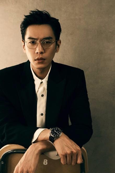 张若昀穿黑白西装拍生日写真 戴金丝眼镜矜贵优雅