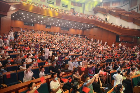 演出现场,观众掌声、笑声不断。