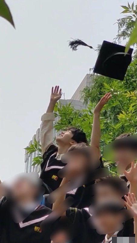 北电拍毕业照!王俊凯关晓彤周也等穿学士服现身