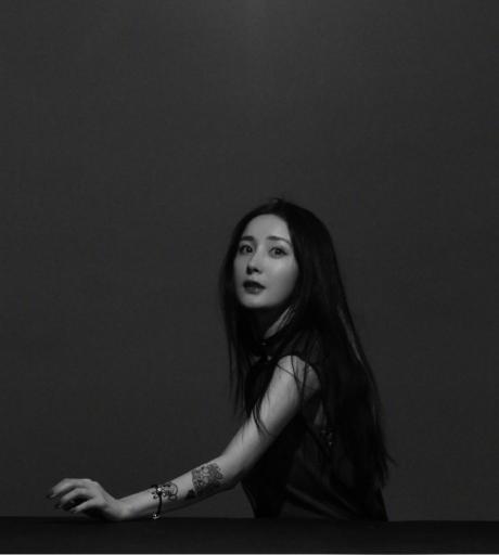 杨幂和闺蜜遛弯看展 模仿刘诗诗白宇动作搞怪合影