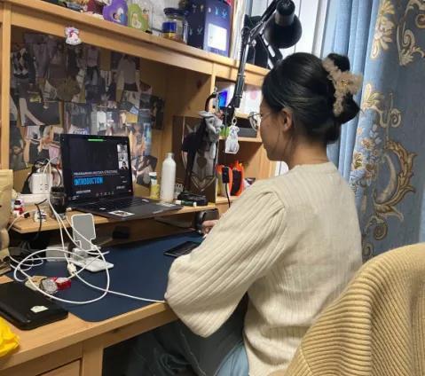 赴美签证受限,中国留学生:我花那么多钱不是要上网课的